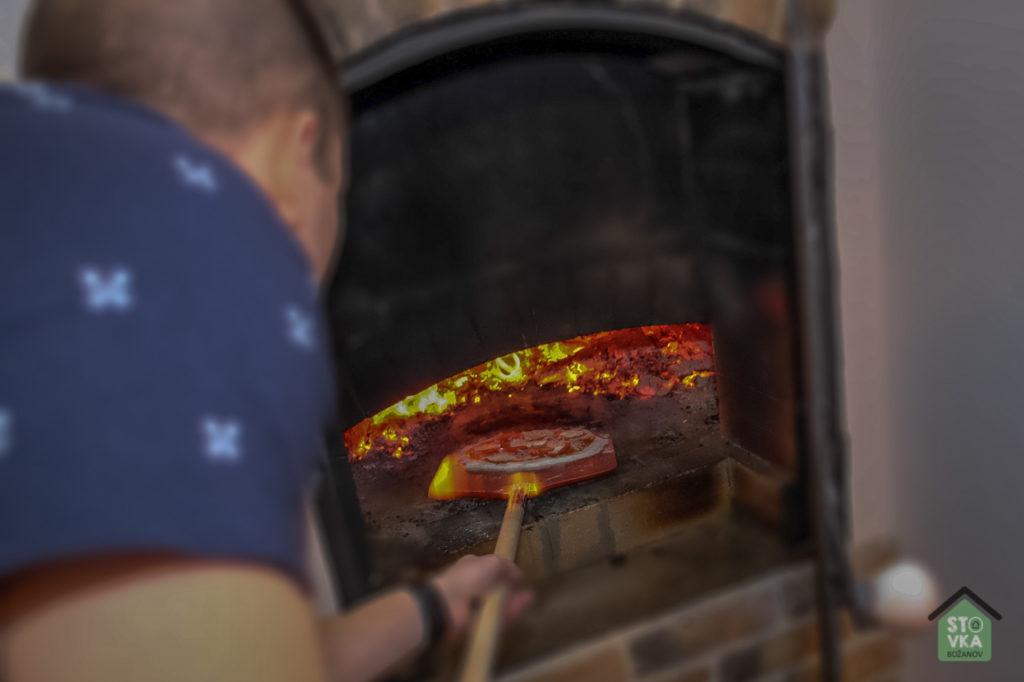 Pec na dřevo - příprava pizzy