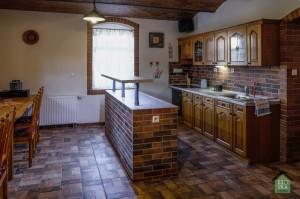 Společenská místnost - kuchyně s barem
